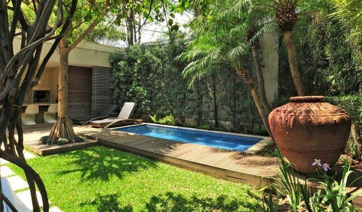 jardin rustico con piscina y camino de madera