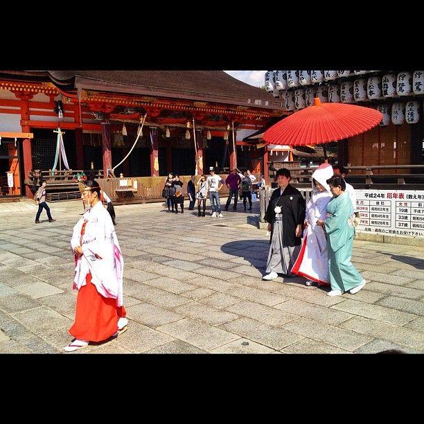 Mariage Shintô en ce moment-même au sanctuaire Yasaka à Kyoto