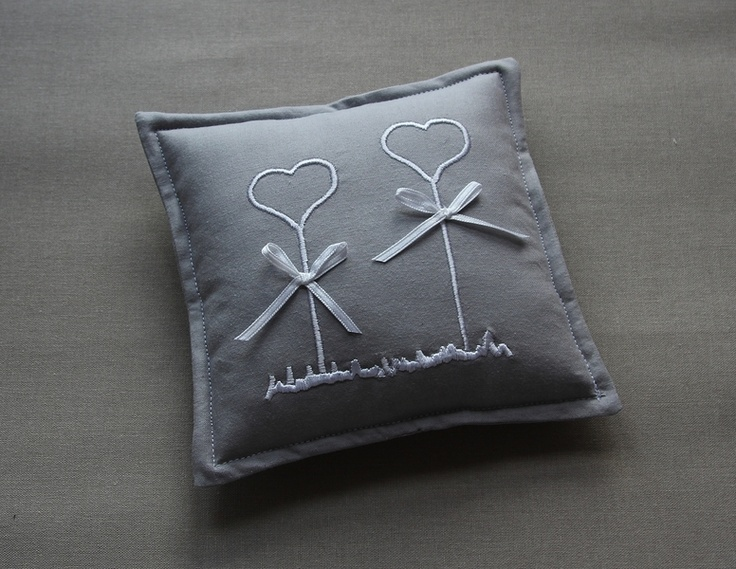 Wedding, grau-weißes Ringkissen Sehr schönes weiß-graues Ringkissen. Das Kissen wurde mit einer Stickerei und zwei kleinen Schleifen versehe...
