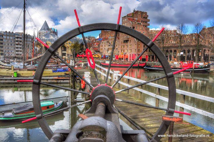 Oude haven in Rotterdam vanaf het scheepvaartbuiten museum