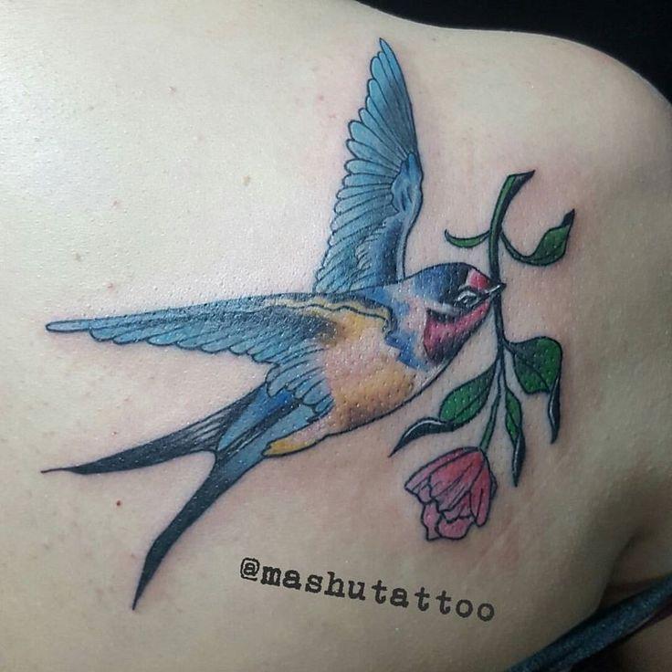 Kalbi mühteşem bir insanın omuzuna, sevgi ve özgürlüğü temsil eden renkli kırlangıç kuşu... Güzel seans için teşekkür ederim 🤗 Bilgi ve randevu için dm/whatsapp +905357127631 #mashutattoo #mashu #tattoo #tattooes #tattooed #swaĺlowtattoo #swallow #bird #birdtattoo #flower #dövme #dövmeci #bayandövmeci #kırlangıç #kirlangic #kirlangicdovmesi #dovme #kuş #kus #kusdovmesi #cicek #renk #sanat #istanbuldovme #avcilardövme #стамбул #птицатату #ласточка #тату