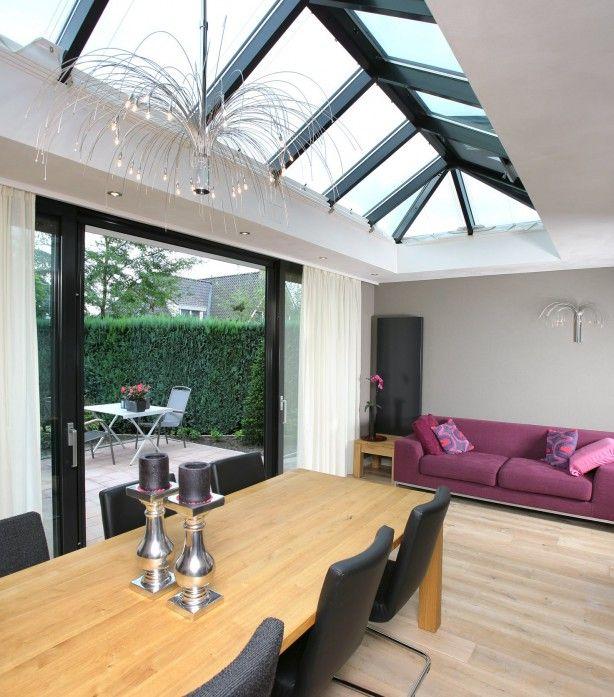Een lichtstraat in het platte dak zorgt voor een zee van licht in de aanbouw en dat geeft een ruimtelijk effect.