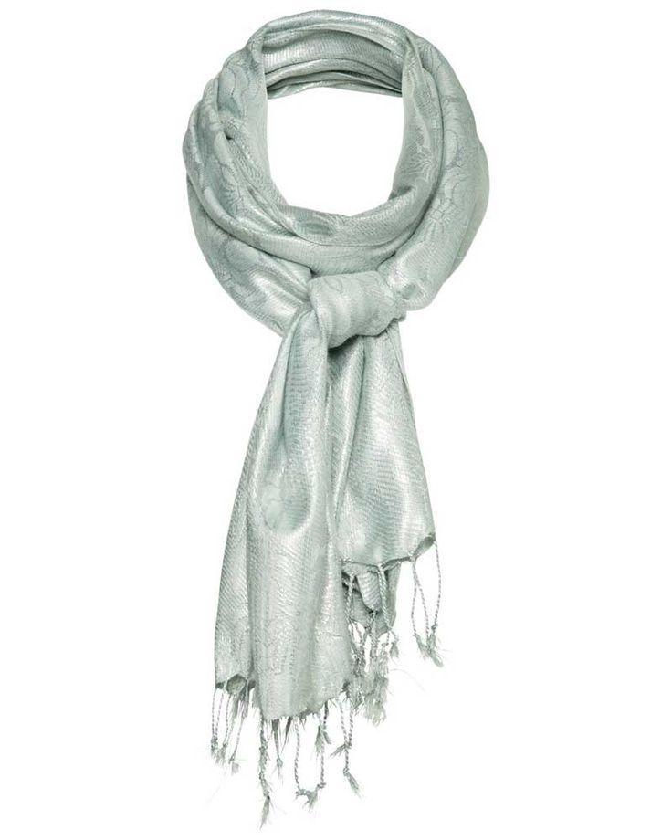 Expresso 133 jacco Shawl groen - Luxe sjaal met metallic glans die je outfit net wat extra's geeft. Dit exemplaar van viscose heeft door de zilveren metaaldraad en subtiele barokke print een rijke uitstraling. De zachte grijsgroene of oudroze kleur maakt hem oneindig te combineren. Geef je outfit een casual look door hem met een leren jasje, stoere snakeprint jeans en fijn gebreide trui te dragen.