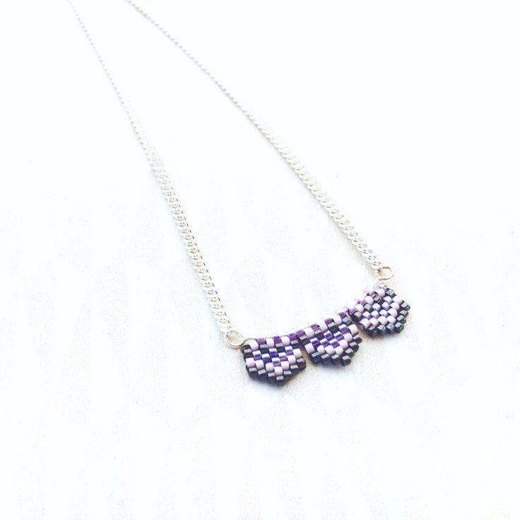 Collier Chevrons argenté Perles Miyuki violet, rose pâle et noir hématite : Collier par bijou-lie