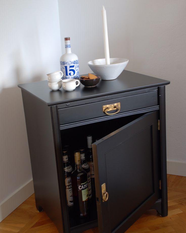 Antik kommod som renoverats i svart passar perfekt som litet barskåp eller som nattduksbord i sovrum!