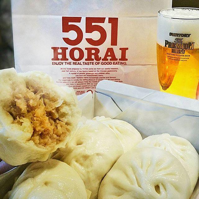 うまいもの展に「蓬莱の豚まん」が! * というわけで、他店には目もくれず 勇んで買ってまいりました♪ 今回はチルドではなく、出来立てほやほやのをビシッと購入! * かぶりついて、ビールをグビッと♪ ほんと美味い。美味すぎて3つも食べてしまいました(^_^;) * A specialty of Osaka, a steamed meat bun of Horai. delicious :) * #蓬莱 #豚まん #551 #551蓬莱 #肉まん #bun #できたて #新大阪駅 #大阪みやげ #肉汁 #美味い #豚饅 #肉 #肉好き  #グルメ #instafood #instagood #instalike #instapic #like4like #instaphoto #yummy #eeeeeats #foods #food #foodstagrams #instahappy