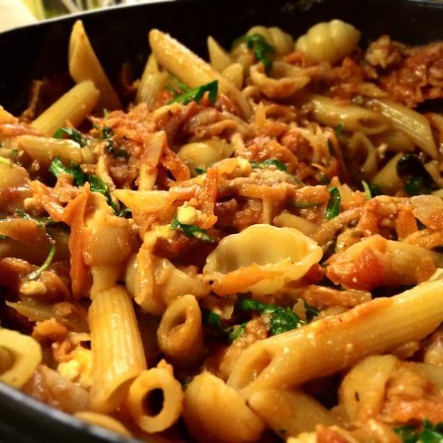 Vegetarisk pasta i mustig tomatsås med ruccola och fetaost