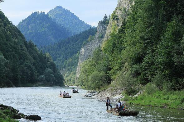 Przełom Dunajca. Największe wrażenie robi z góry np. z punktu widokowego na Sokolicy, skąd dokładnie widać kręte koryto, które kształtowało się tu przez miliony lat. Ale z perspektywy turystów w łodziach flisackich Przełom Dunajca prezentuje się nie mniej zjawiskowo. Opadające pionowo do rzeki skały osiągają do 300 metrów wysokości.