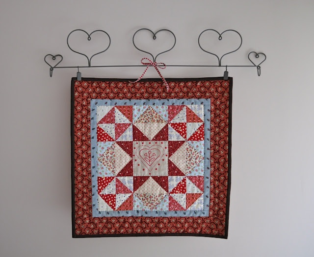 mini Valentine quilt. No instructions!Sewing Quilt, Quilt Inspiration, Valentine Quilt, Quilt Ideas, Holiday Quilt, Small Quilt, Beautiful Quilt, Minis Quilt, Things Quilty