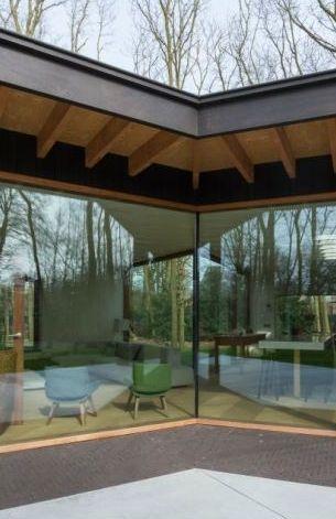 Deze woning bezorgt je iedere dag een vakantiegevoel • Architect: www.dertien12.be (nieuwbouw • modern • donker hout • houten raamprofiel • hoekraam)