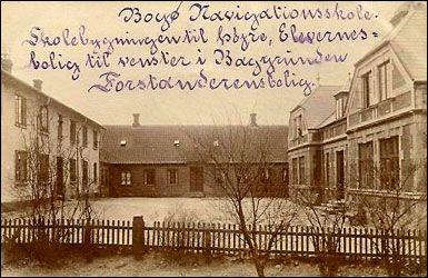 Postkort af Bogø Navigationsskole. Udateret, men må være yngre end 1896 og også yngre end 1902-03, hvor skolen endnu havde sine prydgavle. Formentlig afsendt o. 1906. Bragt af Mia Gerdrup i Bogø Tidende, 15. oktober 2008.