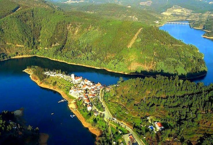Dornes. Situada a 10 km a nordeste de Ferreira do Zêzere, numa enseada da albufeira do Castelo do Bode- Portugal,
