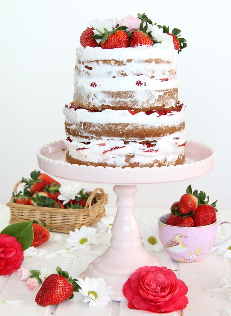Naked Cake de fresas con nata. Delicioso bizcocho de vainilla relleno de nata fresca recién monatada y fresas.