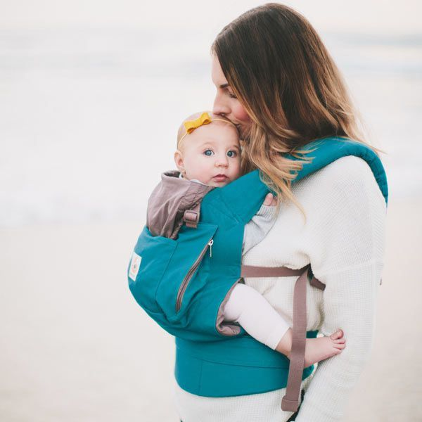 just in time for walks on the beach, the ergobaby teal baby carrier is available now! #babywearing #ergobaby #lovecarrieson