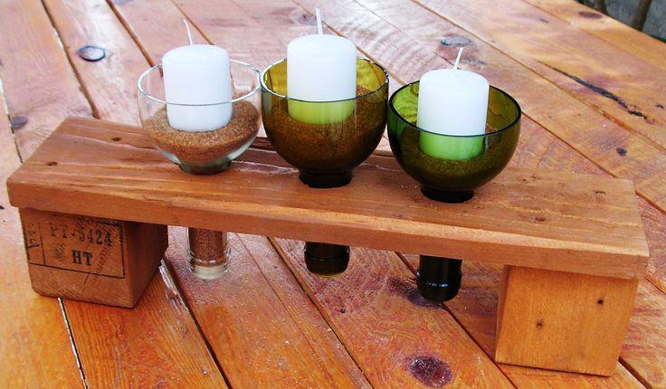 Soporte para varias velas con botellas recicladas y madera de palet.