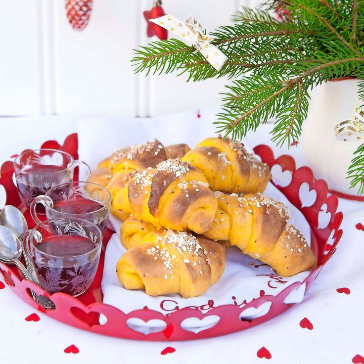 Juliga saffransgifflar med en fyllning av mandelmassa, choklad och torkade fikon.