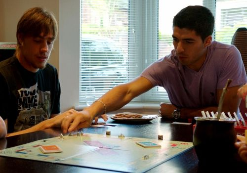 Sebastian Coates y Luis Suarez en reñida disputa