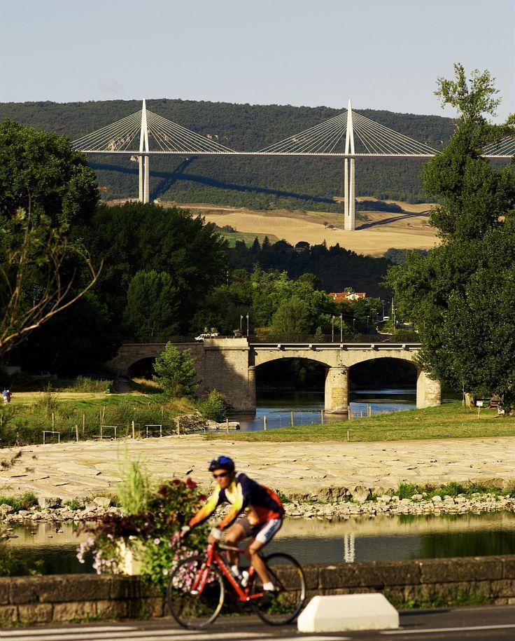 Balade à vélo près du Viaduc de Millau - Par CRT Midi-Pyrénées / Dominique VIET #TourismeMidiPy #MidiPyrenees #France #vtt #velo #veloroute #voiesvertes #aveyron #millau #viaduc