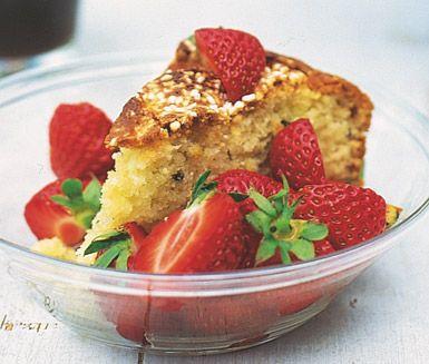 Den underbara kryddan kardemumman förgyller den här kakan och gör den sagolikt god. Den söta aromen från jordgubbar passar idealiskt till kakan och är dessutom en vacker dekoration.