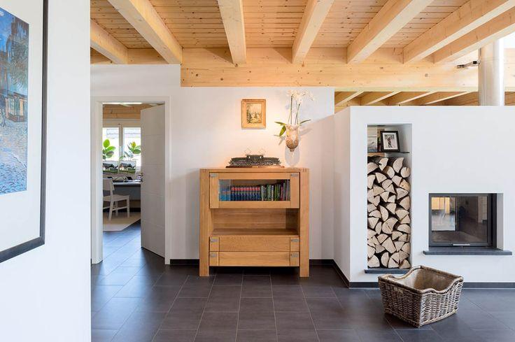 Ein Dreigiebelhaus mit großen Glasflächen und einem offenen Grundriss. Die Kombination aus weißem Putz mit der rot-braunen Holzverschalung vom Dach gibt dem...
