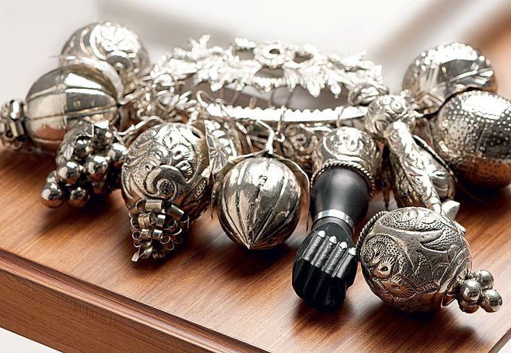 Amuleto das escravas no século 19, a penca de balangandãs virou objeto de decoração. O enfeite reúne peças de simbolismo de orixás do candomblé. Reza a crença que afasta mau-olhado e forças negativas. Pode ser comprado no Mercado Modelo, em Salvador