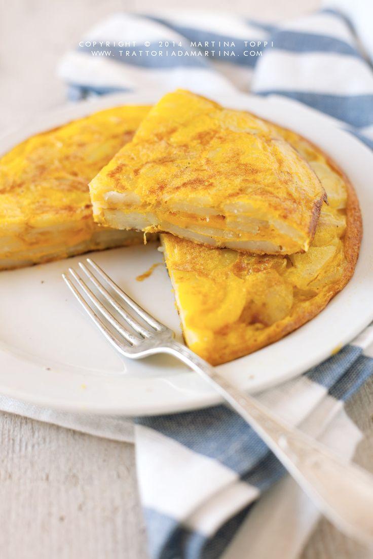 Non chiamatela frittata, nonostante abbiate la tentazione di farlo, o gli spagnoli si arrabbieranno. La tortilla di patate è una sorta di tortino ripieno di patate davvero gustoso e buono.