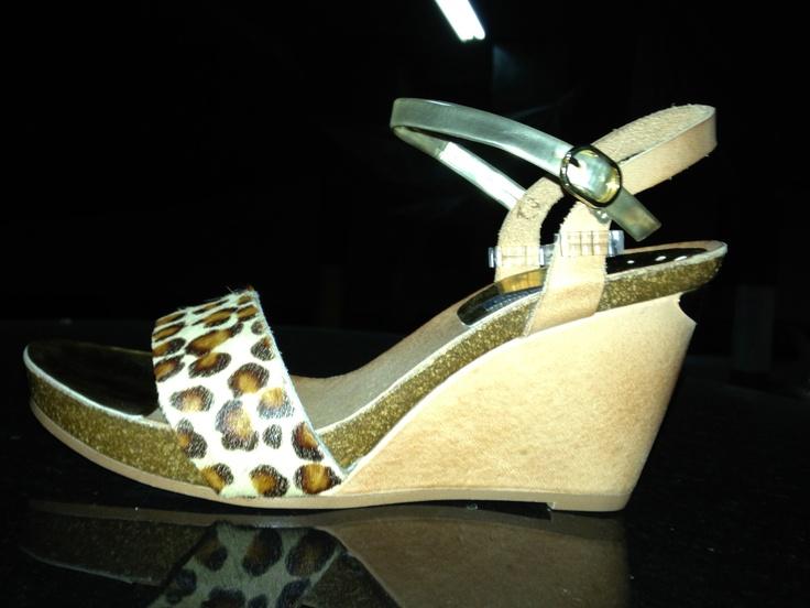 Espectacular cuña de piel beige con una pala de leopardo de pelo de potro combinable para cualquuier ocasión  del dia, no te resistas nos queda solo uno  el numero 38 a un precio de locura a 46 euros..... #zapato#moda#calzado#beige#leopardo#verano#