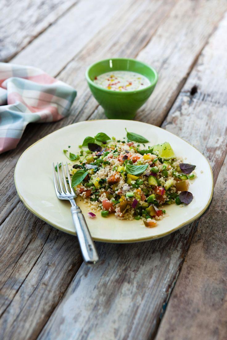Colorato e genuino, il cous cous con verdure e salsa di sesamo questo piatto farà la gioia dei vegetariani. Prova la ricetta di Sale&Pepe.