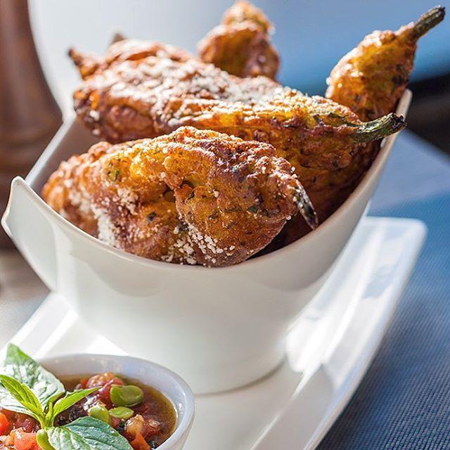 Le beignet de fleurs de courgette, met niçois par excellence !  Zucchini flower fritter, typical dish of Nice city !  #ilovenice #igersnice #igerscotedazur #frenchriviera #food #foodporn #foodgasm #cotedazur #cotedazurnow #zucchini #trendyscover #jaimelapaca #yummy #instafood #foodgasm #nice06 #restaurant #gourmandise #gourmet #frenchfood #vegetables #vegan #veganfood #healthy #healthyfood