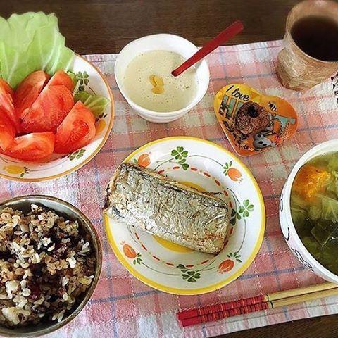 2016/11/19 06:41:17 pelvi_takako おはようございます\(^o^)/ 今朝は昨日釣った太刀魚の塩焼きとお味噌汁、 玄米+18穀米、トマト、豆乳、 ナッツチョコレート(*´∀`)❤︎ 玄米は白米に比べてビタミン・ミネラル・食物繊維がいっぱい! 完璧な健康食です❤︎ #朝ごはん #太刀魚 #塩焼き #釣った #捌く #タチウオ #料理 #釣り #釣りガール #健康 #ビタミン #栄養 #健康食 #玄米 #トマト #豆乳 #お味噌汁 #チョコレート #無添加 #穀物  #健康