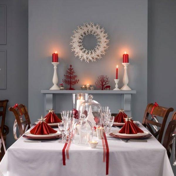 serviettes rouges et un chemin de table blanc à motifs rouges