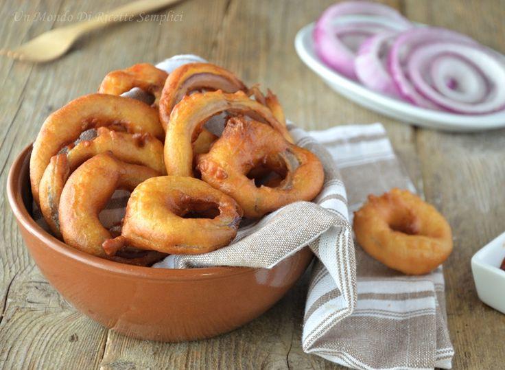 Gli anelli di cipolla in pastella sono un classico della cucina americana, sono perfetti da servire come antipasto o come stuzzichini.