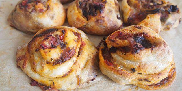 Lækre pizzasnegle med oksekød samt en skøn tomatsovs med spinat. Sneglene er fyldt med smag fra lækre krydderier, og så kan de sagtens fryses ned, så lav endelig en ordentlig portion.