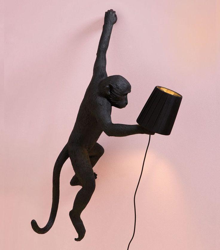 Vi falt helt for disse forseggjorte ape-lampene fra italienske Seletti. Monkey vil være en slående detalj til ditt interiør og spre glede og lys både på stue, soverom og barnerom. De er laget av syntetisk harpiks (plastmateriale) og kommer i hvit og sort farge. De sorte lampene kan brukes utendørs.