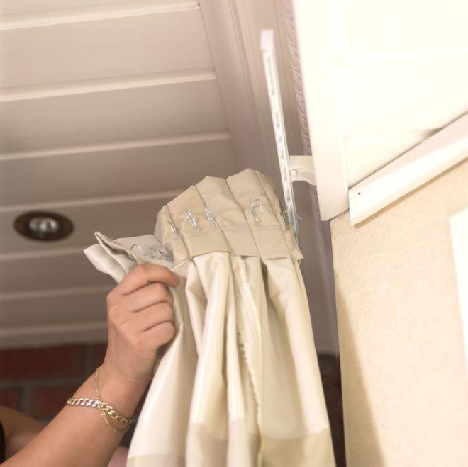En egen avkappet skinne henges opp til sidegardinene. Gardinene er kun ment til dekor, og kan da ikke trekkes for.