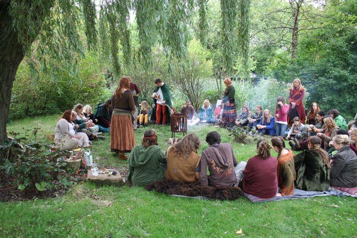 De cirkel tijdens de open Mabonviering 2013 in het Koogerpark in Zaandijk.