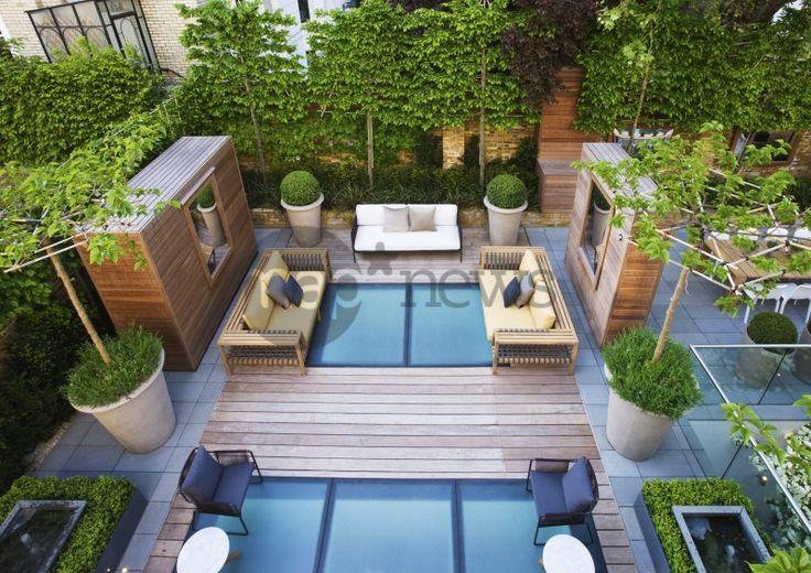 Terrasse. Jardin contemporain sur toit d'immeuble. Arbre palissé, arbre taillé. Designer-styliste : Stephen Woodhams. Londres, Angleterre