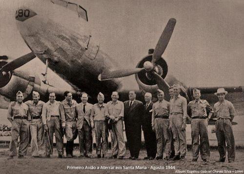 """Agosto de 1944, Aeroporto, Ilha de Santa Maria  1º avião (""""Dakota"""") a aterrar em Santa Maria em Agosto de 1944"""