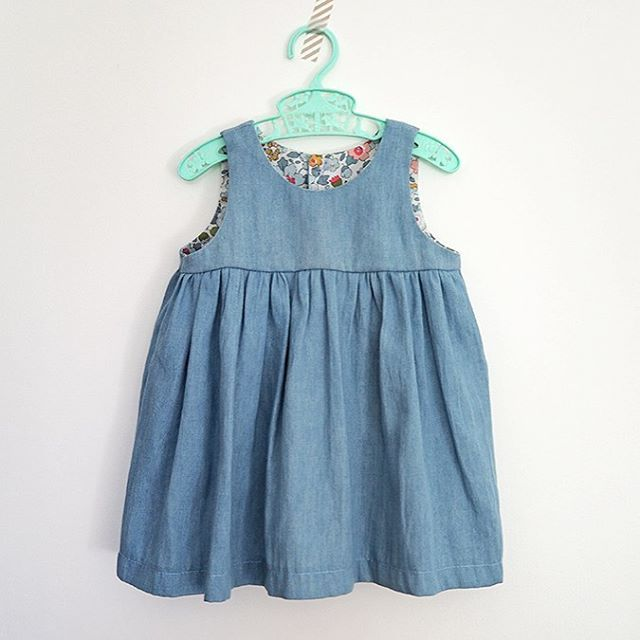 En entier : la petite robe en jean doublée de Liberty sur le blog www.pourmesjolismomes.com #couture #Liberty #littlefabrics #DIY #homemade #intemporels