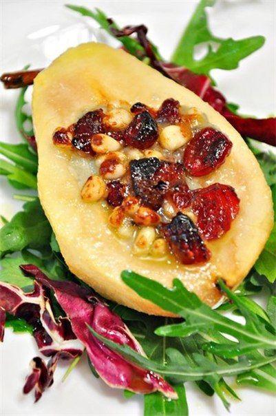 Груши, запечённые с сыром горгонзола, кедровыми орехами и вяленой клюквой