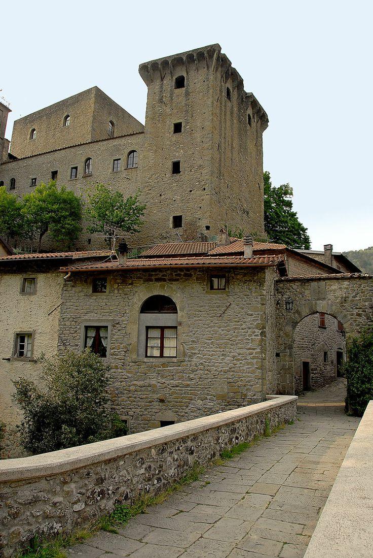Castello e borgo della Verrucola di Fivizzano MS.  Il Sapore della Storia nella Valle del Rosaro. Escursione tra castelli, pievi e... Sapori • Lunedi 2 giugno 2014 • Fivizzano (MS)  Continua a leggere: http://www.lunigianasostenibile.it/public/new/news_dettagli_ok.php?idnews=479#ixzz338qylW57