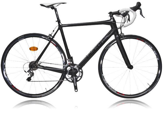 OCCANO U RACE R112 CARBON S13, racercykel för träning och täving på hög nivå. Cykeln är utrustad med kolfiberram och Shimano 105 växlar och reglage samt Shimano Tiagra-bromsar. Vikt 8,5kg, ramstorlek 56 cm.