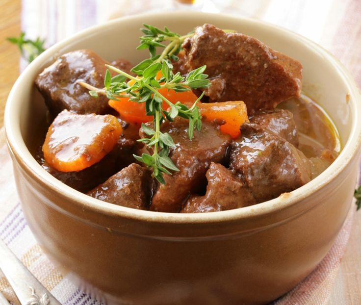 Gâtez-vous un petit peu et essayez cette délicieuse recette de bœuf bourguignon au four... La viande fond dans la bouche tellement elle est tendre!