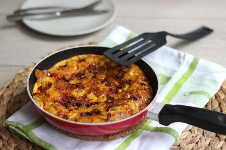 Wij hebben een super lekkere en simpele aardappel frittata gemaakt met onder andere paprika en ui.Voeg eventueel kruiden en meer groenten toe aan dit recept
