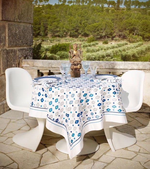 """Nappe provençale """"Carnaval"""" blanche, en satin de coton traité anti-tâches, imprimé """"Merveille"""" bleu et blanc.Existe en 2 dimensions, carrée 180 x 180 cm et rectangulaire 175 x 300 cm."""