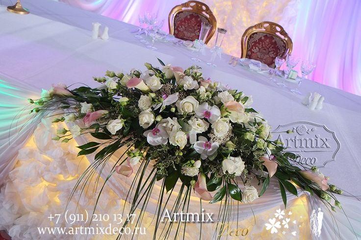 Цветочная композиция в свадебном оформлении. Нежные каллы, изящные орхидеи, розы и все это в одной центральной композиции стола молодожен.