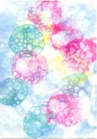 Нетрадиционные техники рисования. РИСОВАНИЕ МЫЛЬНЫМИ ПУЗЫРЯМИ  Рисовать можно и мыльными пузырями. Для этого в стакан с водой надо добавить любой мыльный раствор и краску. С помощью трубочки набулькать много пены. На пузыри прислонить бумагу. Когда станут проявляться первые узоры, можно поднимать бумагу. Пузырчатые узоры готовы.  Материалы: 1.Стакан с водой 2.Краска 3.Мыльный раствор 4.Трубочка 5.Бумага