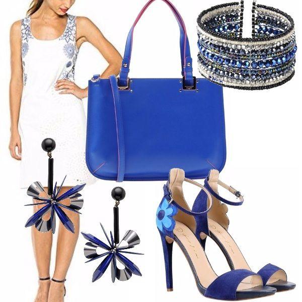 Vestitino bianco con motivo blu e accessori blu abbinati: meravigliose scarpe con disegno a fiore che riprendono il disegno del vestito, borsa dello stesso blu, bracciale e orecchini per illuminare l'outfit.