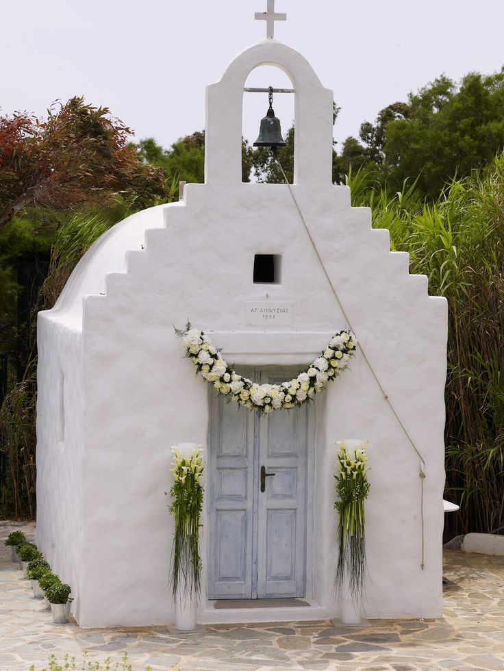How to decorate a church on a Greek island http://www.instyle.gr/photo-gallery/gamos-se-nisi-aplos-ke-entiposiakos-stolismos-gia-mia-paradosiaki-teleti-stin-ekklisia/id/1/