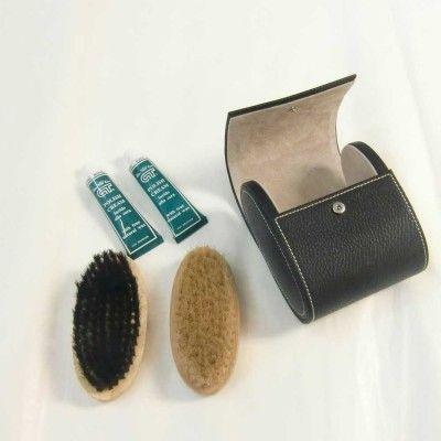 Set pulisci scarpe da viaggio, in pratico astuccio in simil pelle. Contiene due spazzole con colori diversi come da foto, due lucidi (black e neutro).